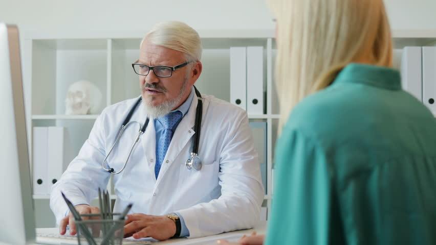 пациент у врача за столом